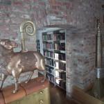 Bibliotekos interjeras. Dailininko R.Inčirausko skulptūros